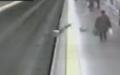Aniden bayılan kadın metro hattına düştü